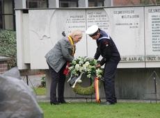 Vera Celis legt bloemenkrans neer ter nagedachtenis van de gesneuvelden.